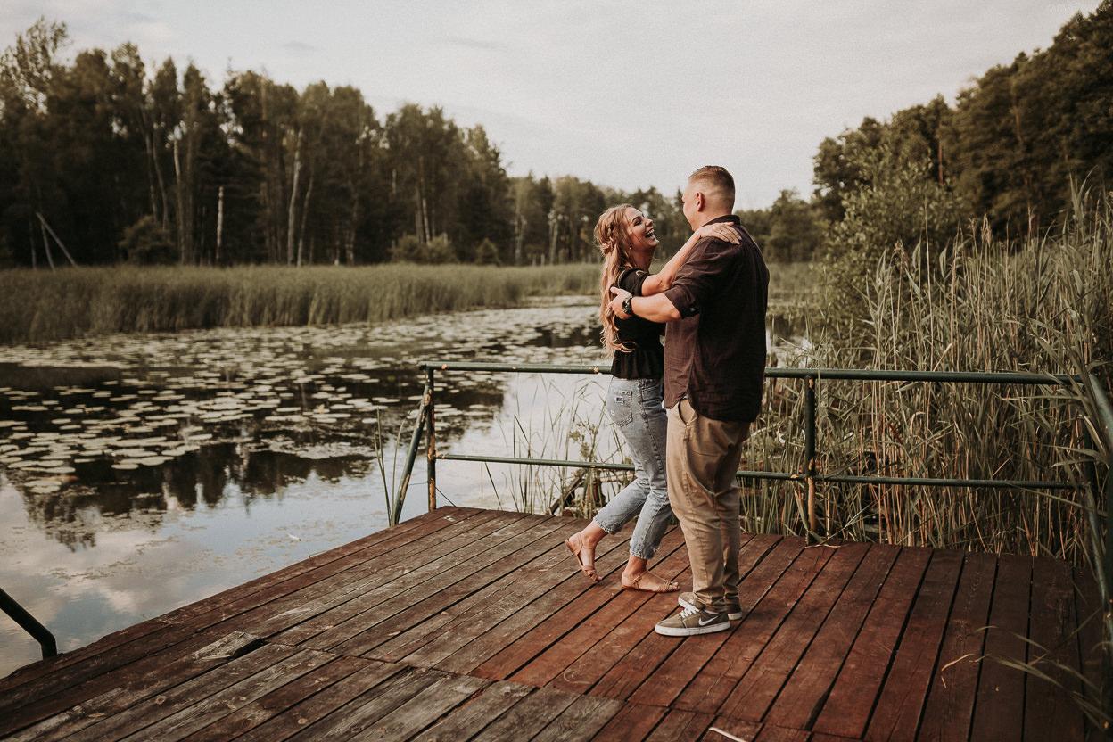ZAPAROWANA - Fotograf ślubny Warszawa - Sesja narzeczeńska nad jeziorem