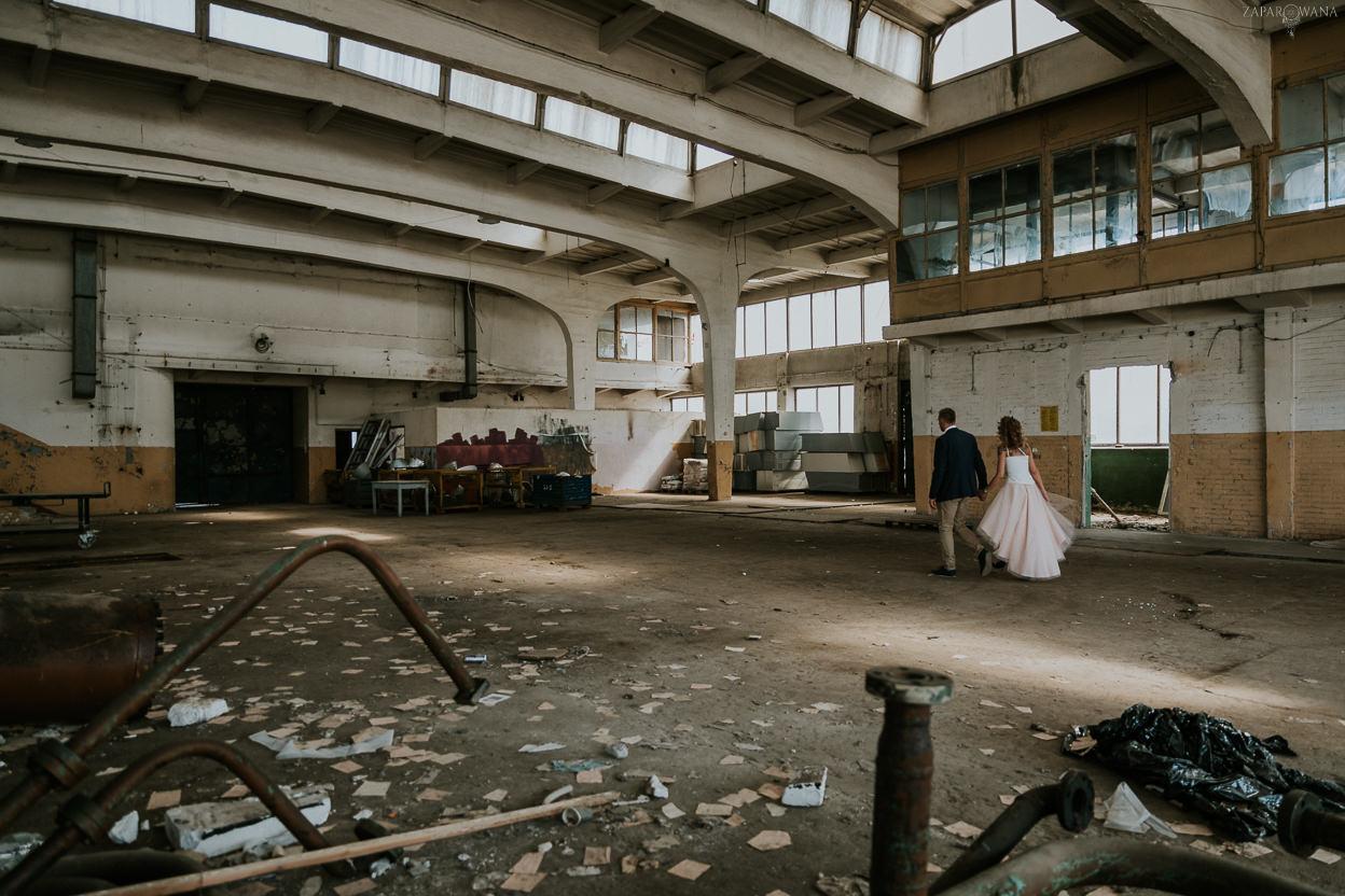 027 - ZAPAROWANA - Industrialna sesja ślubna - Fabryczne Atelier & Cegielnia