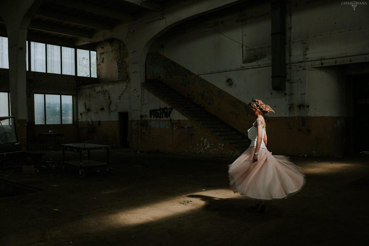 023 - ZAPAROWANA - Industrialna sesja ślubna - Fabryczne Atelier & Cegielnia
