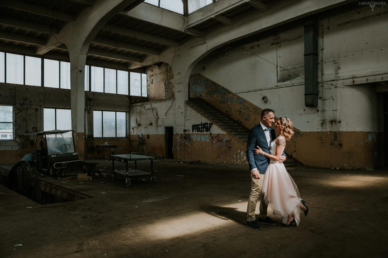022 - ZAPAROWANA - Industrialna sesja ślubna - Fabryczne Atelier & Cegielnia