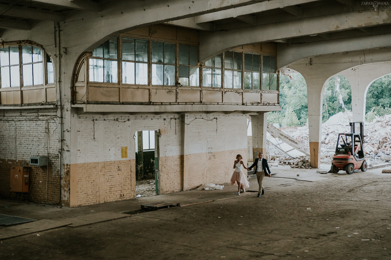 039 - ZAPAROWANA - Industrialna sesja ślubna - Fabryczne Atelier & Cegielnia