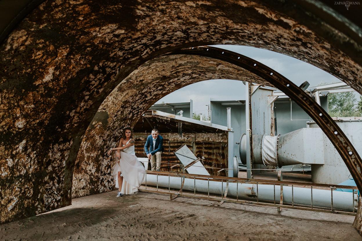053 - ZAPAROWANA - Industrialna sesja ślubna - Fabryczne Atelier & Cegielnia